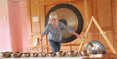 Nanna Bauschert-Engel an den Klangschalen